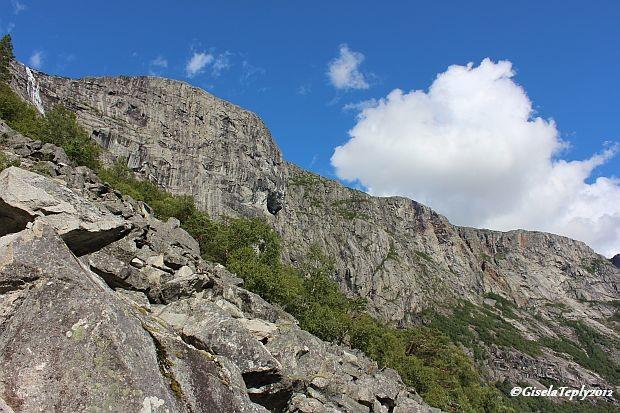dort oben auf dem Platau geht der Wanderweg zur Trolltunga entlang..