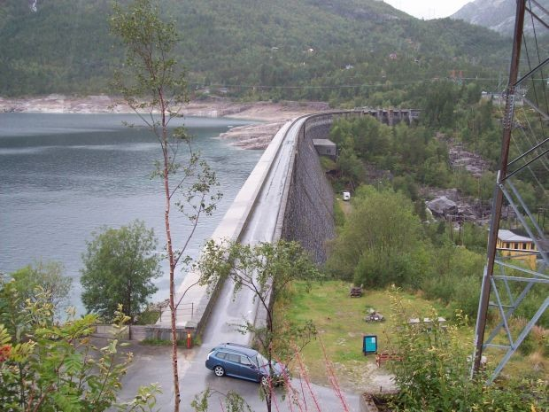 Blick auf die Staumauer...in Skjeggedal..