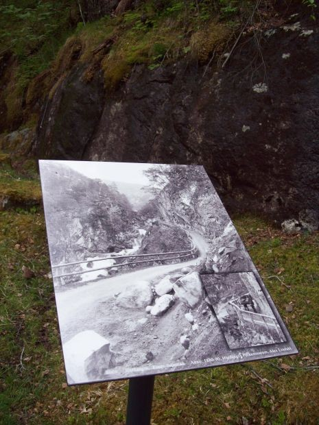 Alte Fotografie am Rande des Weges..