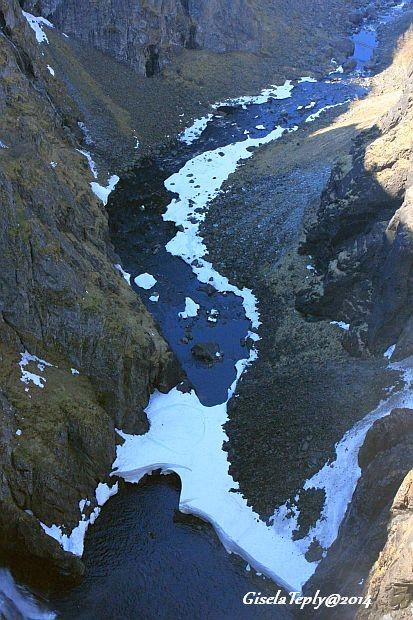 am Fusse des Wasserfalles...liegt noch Eis...und etwas Schnee