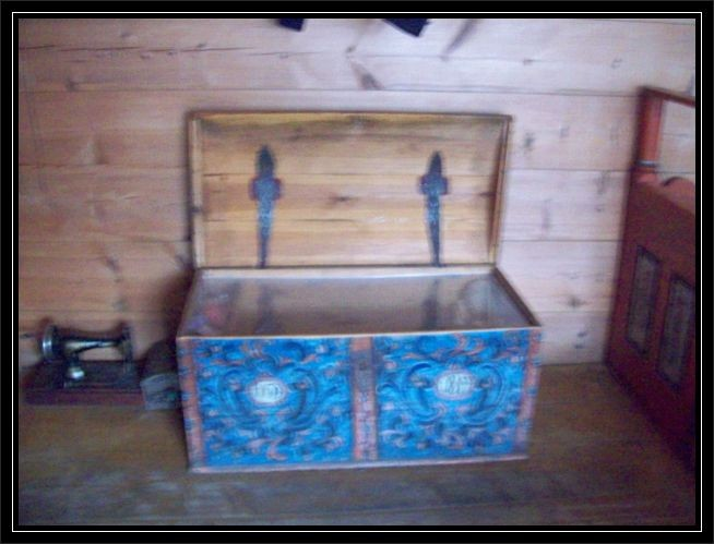 Alte Holztruhe mit der typischen Malerei...