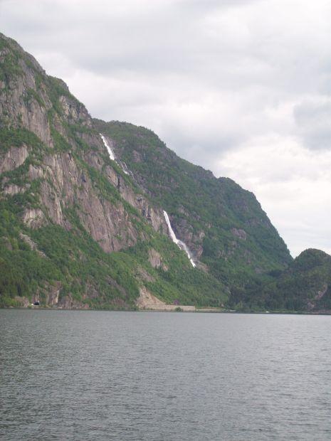 Blick ueber den Sandvinvatnet zum Tjørnadalsfossen...