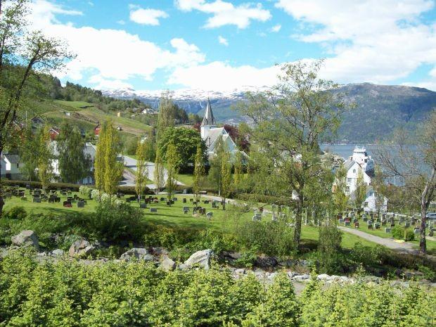 Blick zur Kirche von Utne...