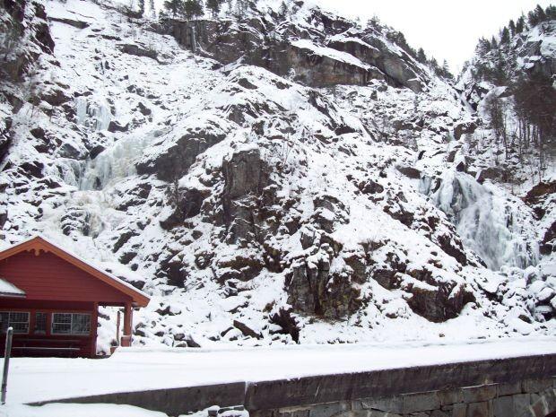 Låtefossen im Winter bei Eis und Schnee
