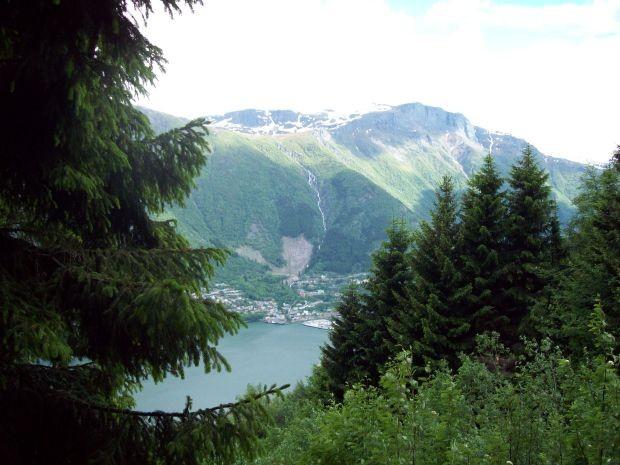 Blick aus 400 Meter Hoehe auf Odda...