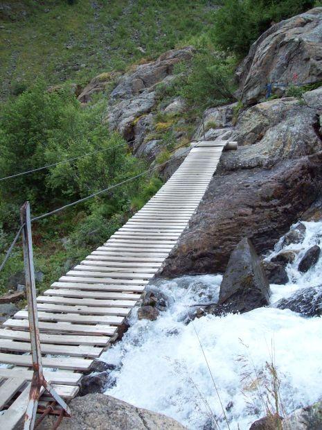 nach dieser Hängebrücke wird der Aufstieg anstrengender....