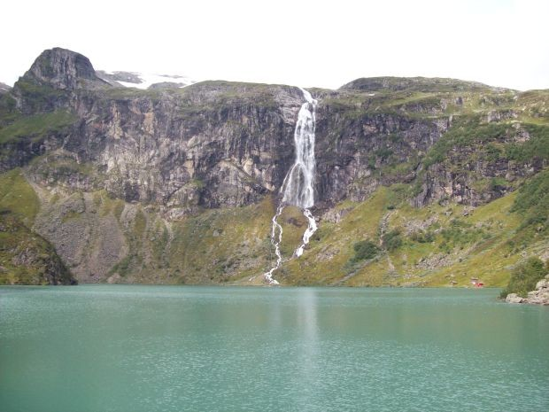 ein Wasserfall der aus dem Luravatnet gespeist wird....