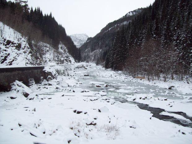 Bergfluss am Låtefossen im Griff des Winter...