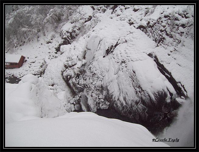 in den winterlichen Wasserfall..