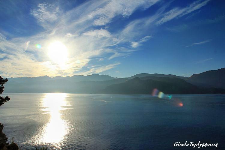 Blick über den Hardangerfjord an einem Sommermorgen