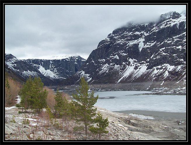 der See liegt eingebettet zwischen der Berge...