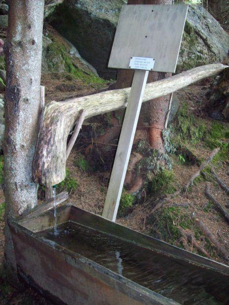herrlich frisches Wasser aus dem Wasserfall, man kann es trinken...