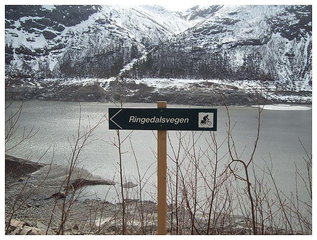 Fahrrad und Fussweg entlang am Ringedalsvatnet. Der Weg fuehrt bis Tyssestrengene..
