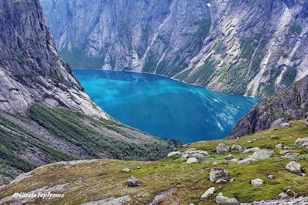 wie eine blaue Perle liegt der Ringedalsvatnet unten im Tal ( Schlucht Tyssestrengene)