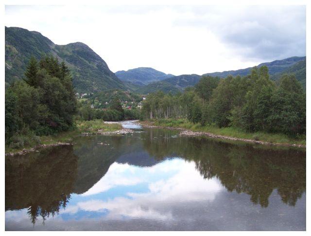 ein Fluss der im Røldalsvatnet endet..