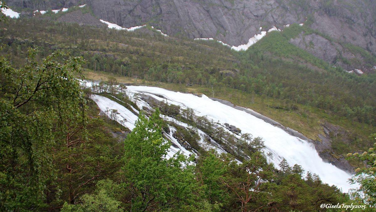 der 2. Wasserfall gesehen vom Schotterweg...