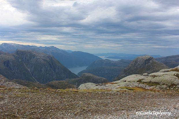 In der Ferne sieht man den Hardangerfjord...
