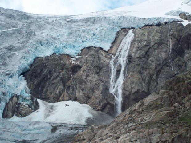 dieser Wasserfall kommt direkt aus dem Gletscher