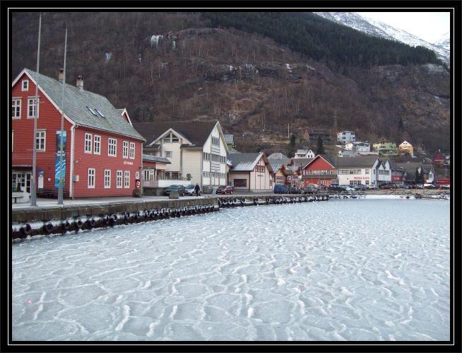 In Odda am Ufer des Fjordes...eine Eisdecke ...