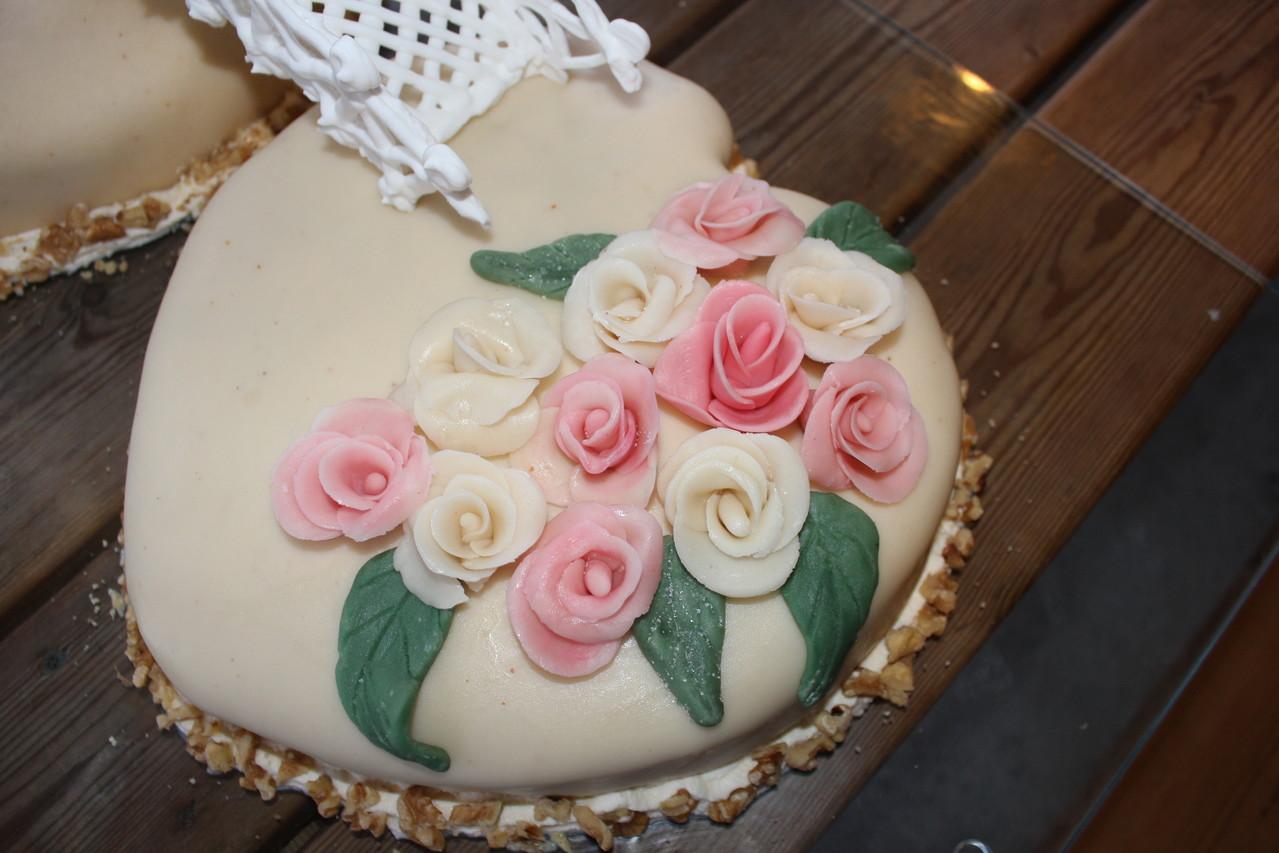 selbst hergestellte Rosen sowie dazu die Blätter...
