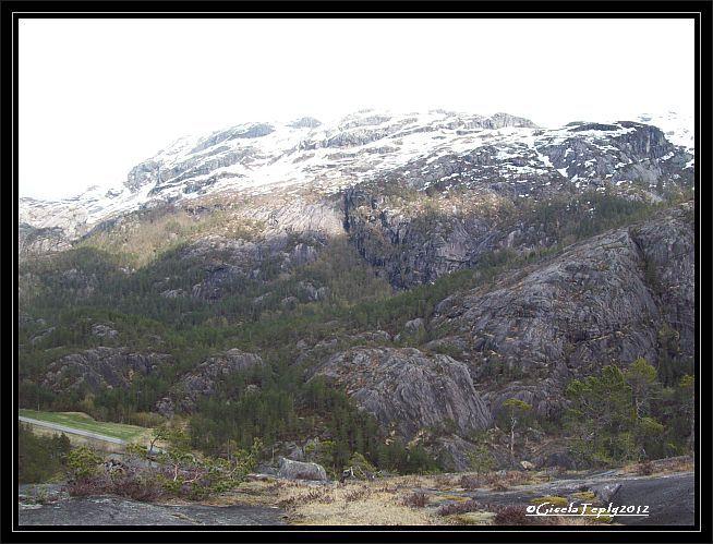 Schnee liegt am 12. Mai 2012 auf den umliegenden Bergen