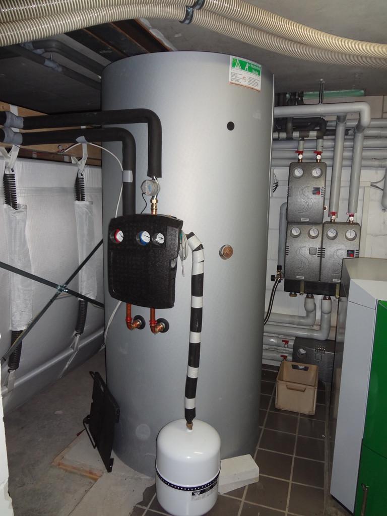 1000 Liter Schichtenspeicher neben ÖkoFEN Gewebetank