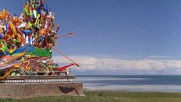 青海湖を望む寺院