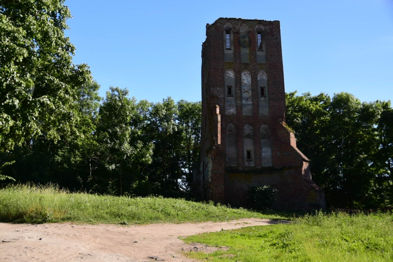 Die Reste einer Kirche - Erinnerungen an die deutsche Geschichte dieser Region werden hier systematisch getilgt