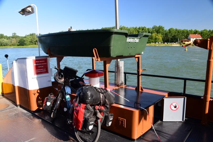 Kurz mit der Fähre über den Rhein und schon bin ich zurück in Deutschland