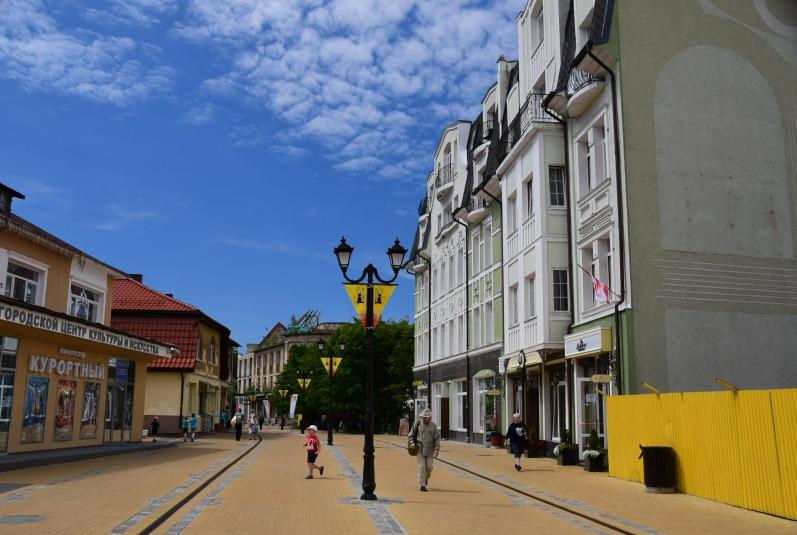 Alte Häuser, eine neue Straße und viele gepflegte Lokale und Geschäfte prägen den alten Kern von Sztutowo