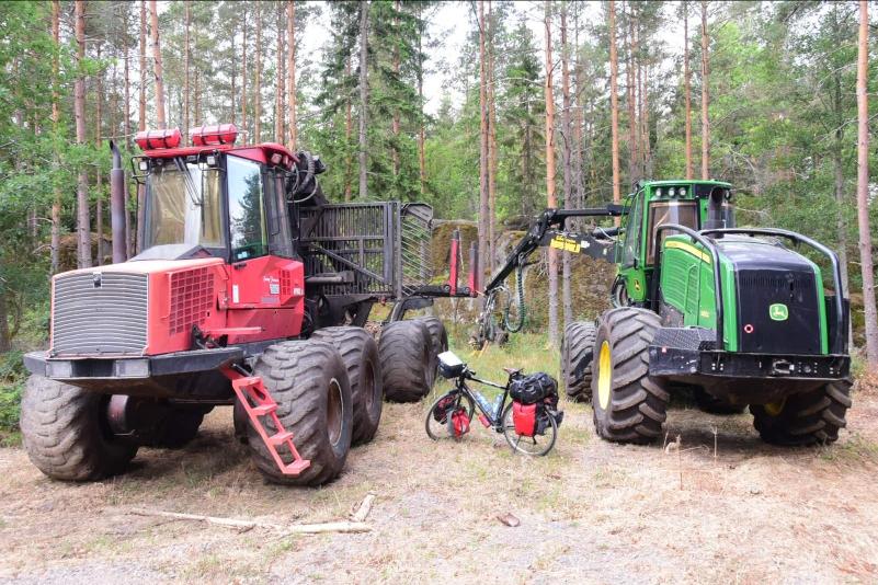 Drei Hochleistungsgeräte im schwedischen Wäldern. Von links: Forwarder, Fahrrad, Harwester