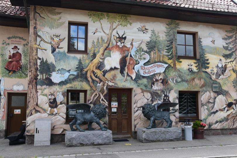 Ein ganz schlimmes Problem in Bayern: Grafitti an Hauswänden