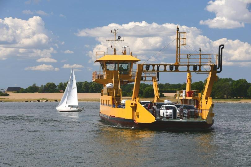 Einige der langen Fjorde kann man mit kostenlosen Fähren abkürzen