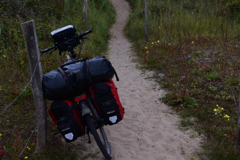Immerhin ist der Weg an der Ohmaha-Beach hier noch so breit, dass man zum Schieben Platz neben dem Rad hat