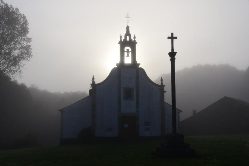 Kirchen gibt es ja zuhauf, nicht nur an den Jakobswegen. Allerdings war dieser Moment morgens bei 6 Grad und Nebel im Sonnneaufgang schon sehr besonders