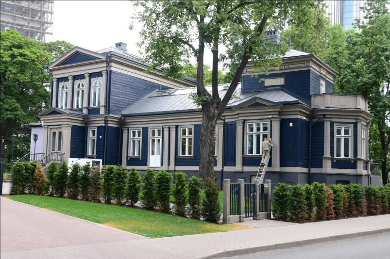 Viele neue und alte, oft sehr schön gepflegte Holzhäuser prägen das Bild in einigen Stadtteilen