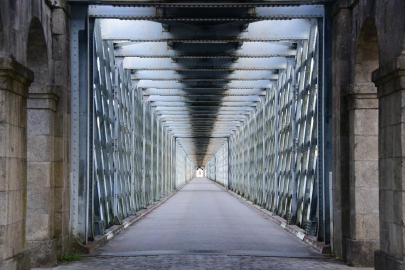 Ein kleine, alte Brücke bringt mich von Tui nach Portugal - und es wirkt, als hätte ich sie ganz für mich allein