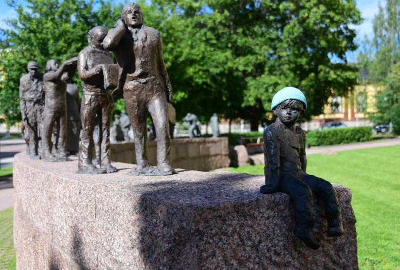 Kunst am Bau in Oulu - und irgendein Banause hat dem kleine Kerl am Ende der etwa 30köpfigen Reihe eine Mütze gehäkelt :-)