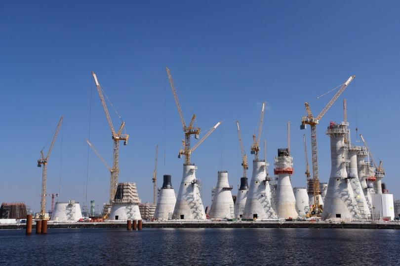 Auf dem Weg aus Le Havre hinaus komme ich an dieser gigantischen Massenproduktion (vermutlich von Fundamenten für Windkraftanlagen) vorbei