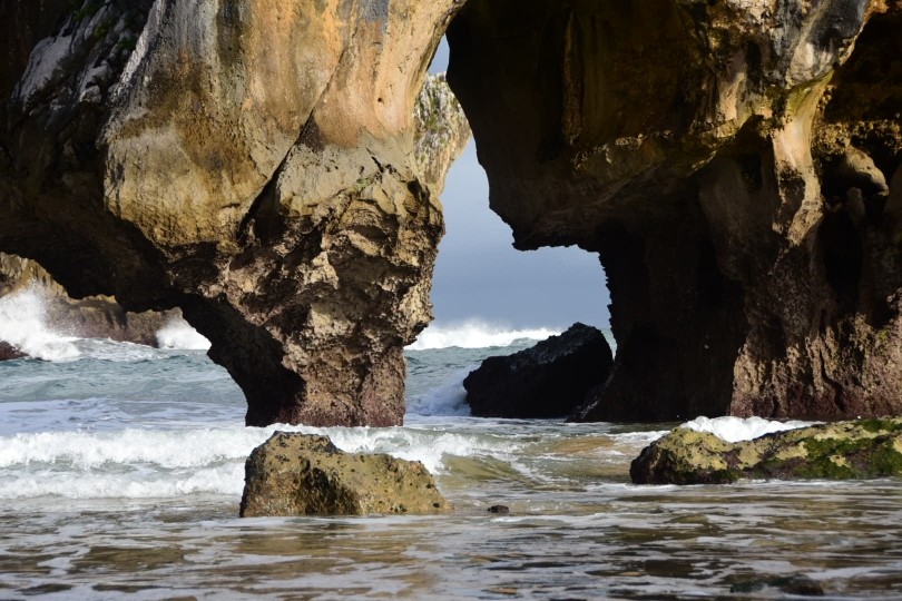 Bizarre Felsformationen verstecken sich in kleinen Buchten