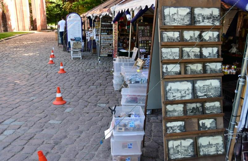 Selbst die russischen Souvenierhändler verkaufen lieber alte Stadtansichten - kann ich gut verstehen