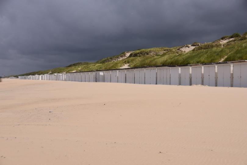 Die Strandhäuser stehen verlassen am Rand der Dünen - hier will keiner mehr baden