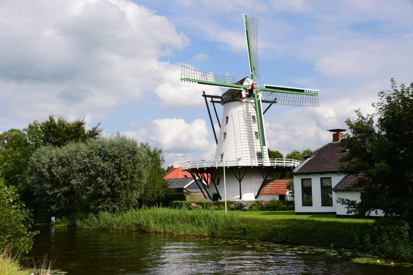 Und sie sind nun wirklich allgegenwärtig - die Wasserläufe und die Windmühlen, typisch Holland eben (fast wie in Friedrichstadt nur in echt und in groß)