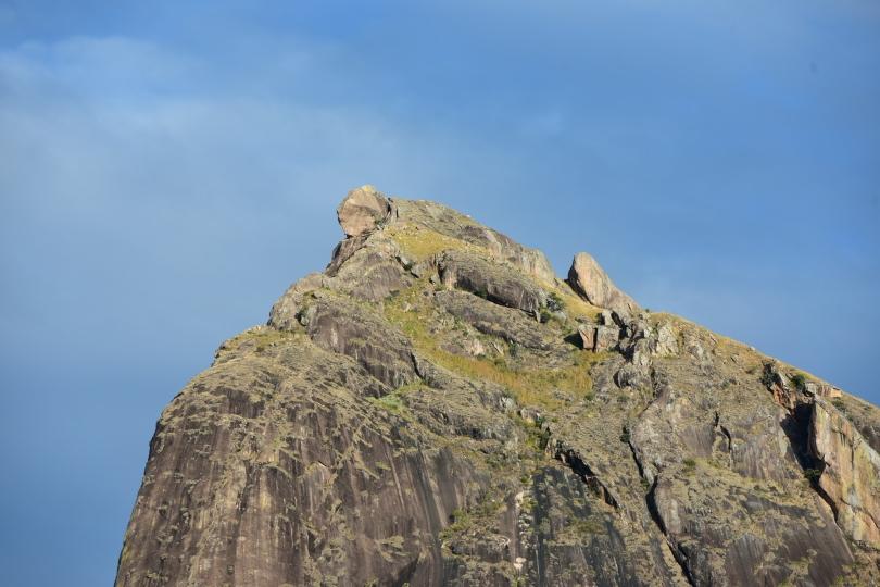 Wie ein riesiges Chamäleon sieht der Gipfel des gleichnamigen Berges aus