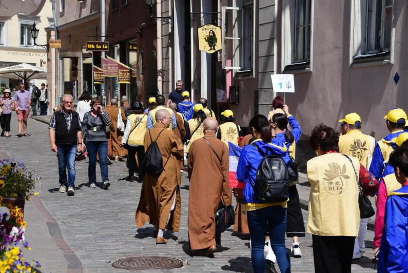 Immerhin mussten die Mönche nicht auch noch gelbe Westen und Mützen tragen. Sind ja auch so schon auffällig genug.