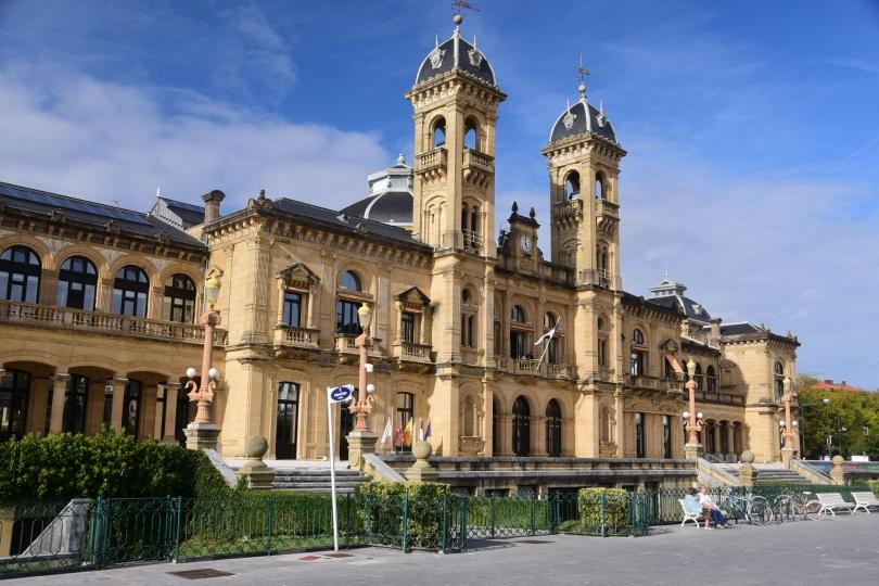 Nicht nur das Rathaus von San Sebastian hebt sich im Stadtbild ab