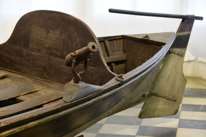 Als gelernter Schiffszimmermann hat es sich der Zar nicht nehmen lassen, dieses Ruderboot selbst zu bauen - aber die Bewaffung darf natürlich nicht fehlen