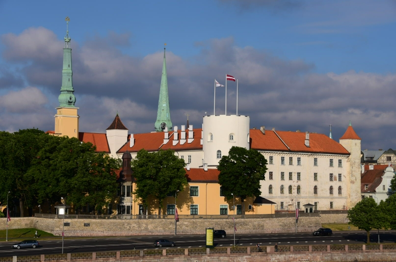 Beim Gang über Brücke, die die Daugava überspannt, zeigt sich die Altstadt mit dem Rigaer Schloss im schönsten Abendlicht
