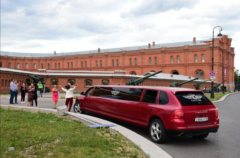 Hat einer bei uns schon einmal einen Porsche Cayenne als Strech-Limousine gesehen? Luxusautos sind in St. Petersburg wirklich nur bei ganz besonderen Modellen noch ein Hingucker