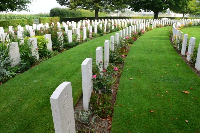 Der britische Militärfriedhof in Bayeux - neben ca. 4000 Soldaten des Commonwealth wurden hier auch ca. 400 deutsche Gefallene begraben